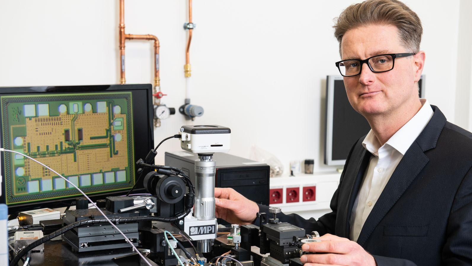 Prof. Ellinger bei der Messung eines Mikrochips